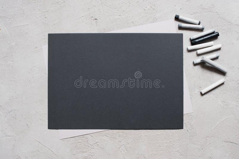 Page blanche de papier et de pastel texturisés noirs image stock