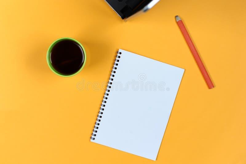 Page de carnet, ordinateur portable, tasse de café et crayon vides Bloc - notes vide pour des idées et l'inspiration image libre de droits