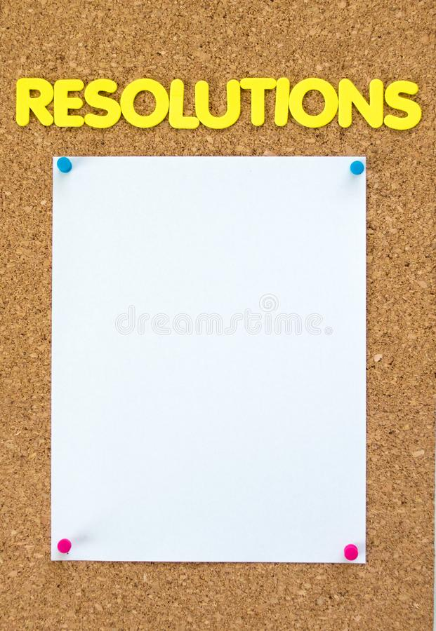 Page de papier blanche sur un panneau de liège sous le mot RÉSOLUTIONS images libres de droits