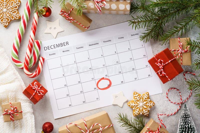 Page du planificateur avec boîtes cadeaux de Noël et décoration autour photo libre de droits