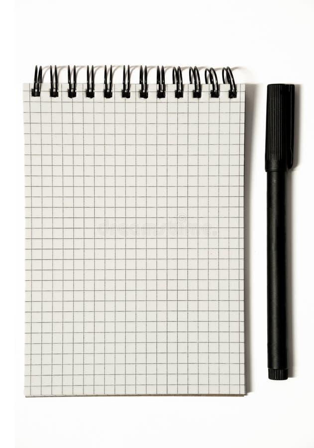 Page vide de bloc-notes en spirale quadrillé avec le stylo, urgente - d'isolement sur le blanc photo stock