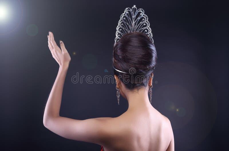 Pageant Contest小姐在晚上舞会礼服礼服的有金刚石阴级射线示波器的 库存照片