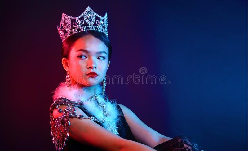 Pageant Contest小姐在晚上舞会礼服礼服的有金刚石阴级射线示波器的 免版税图库摄影