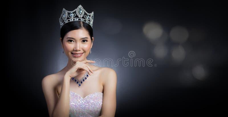 Pageant Contest小姐在晚上舞会礼服礼服的有金刚石阴级射线示波器的 图库摄影