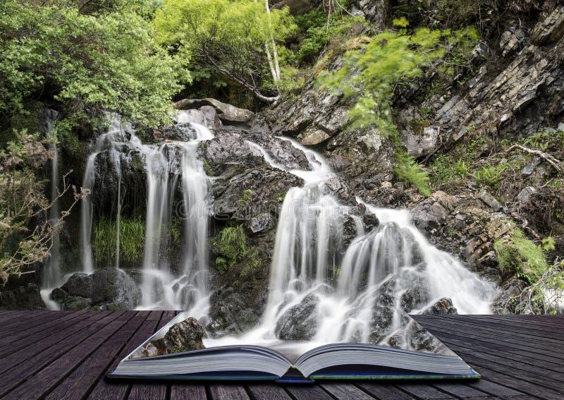 Pages créatives de concept de détail de paysage de livre d'ove de cascade photos stock