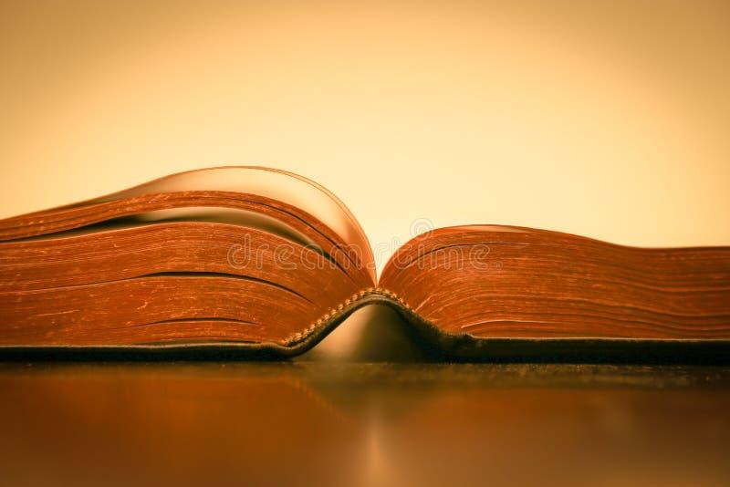 Pages de la Bible sur fond jaune - Écritures surlignées d'or photos libres de droits