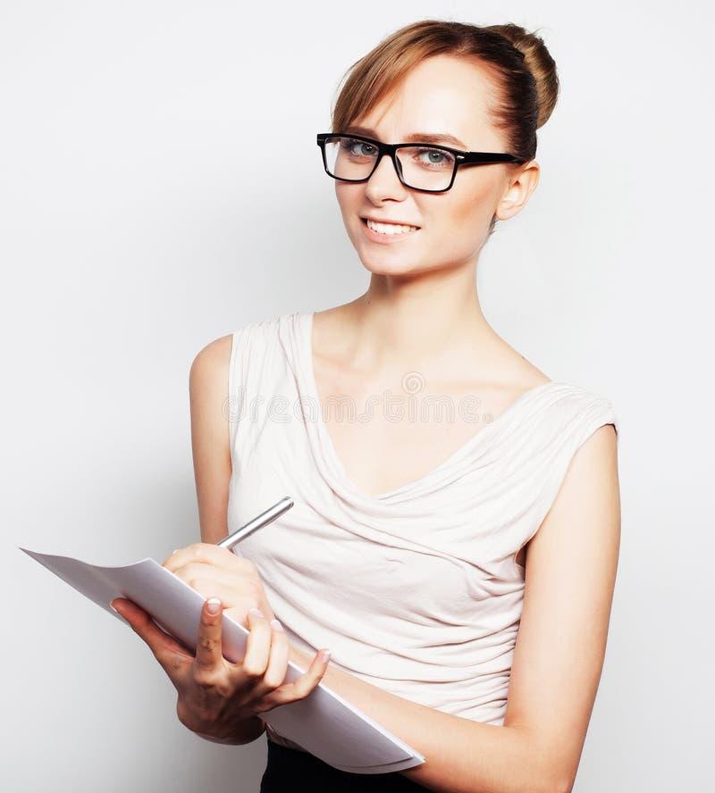 Pages de prise de femme d'affaires de papier image stock