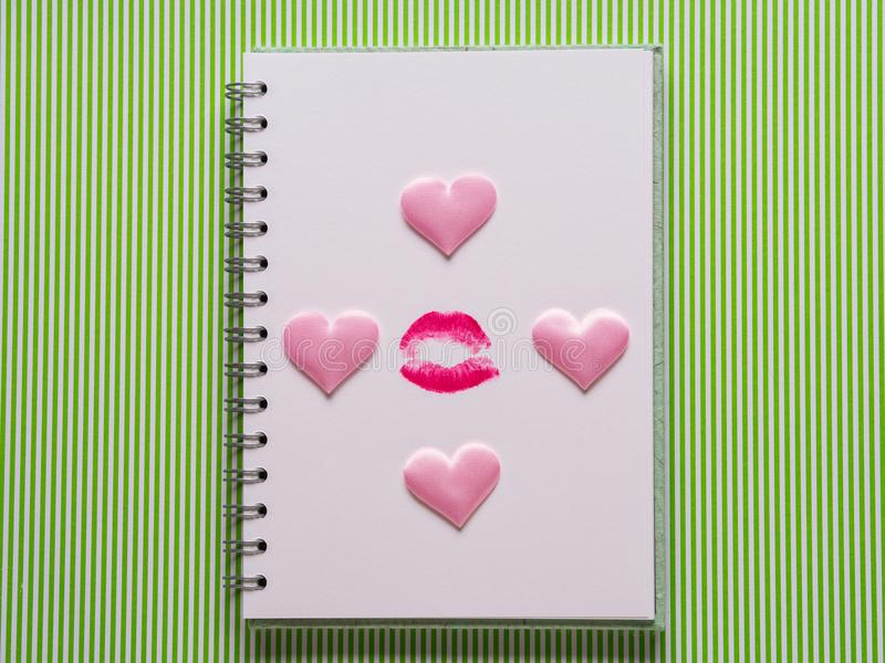 Pagina bianca con la penna di ragazza ed il bacio immagini stock