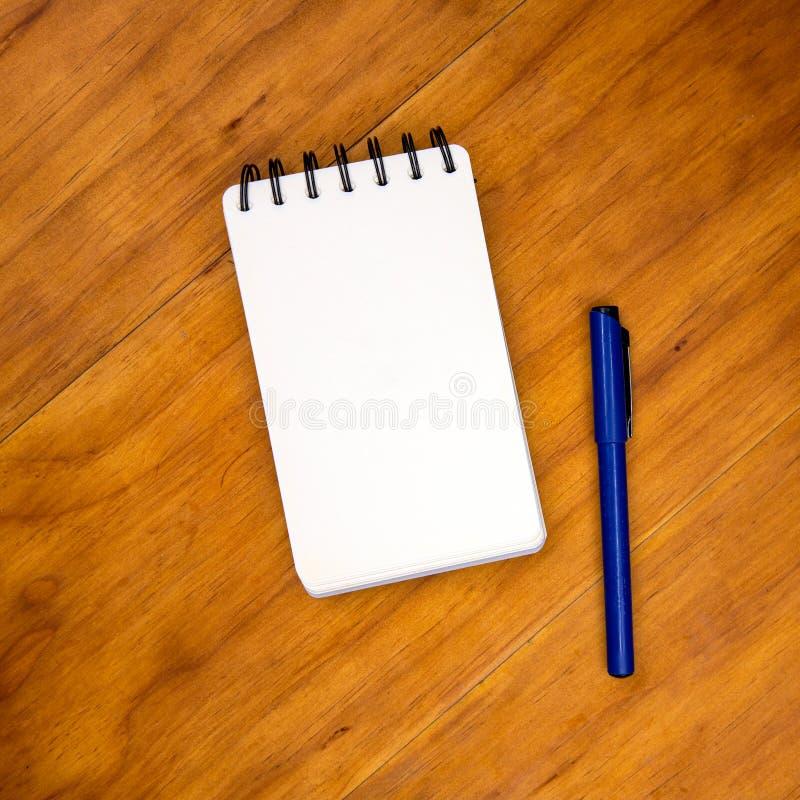 Pagina in bianco del blocco note con la penna sulla tavola di legno Foto vuota di vista superiore del taccuino di Libro Bianco Mo fotografie stock libere da diritti