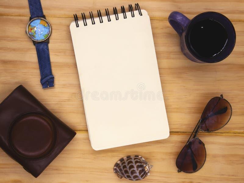 Pagina in bianco del blocco note a spirale sulla tavola di legno Foto di disposizione del piano di viaggio di estate Pagina vuota fotografia stock libera da diritti