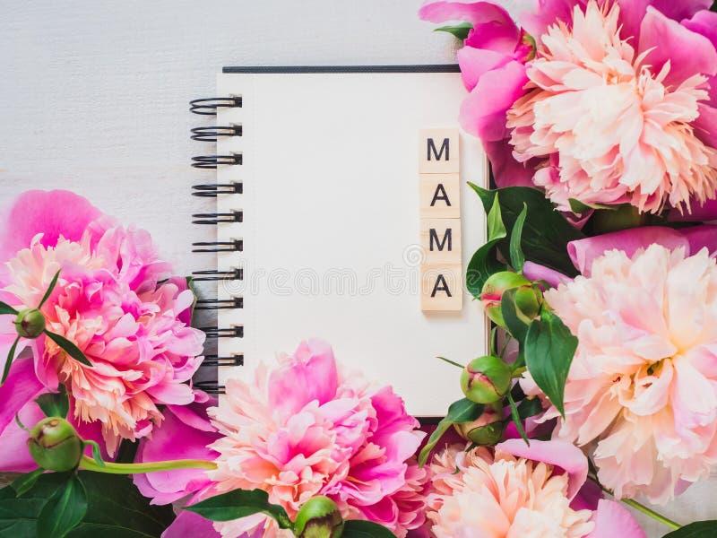 Pagina in bianco del taccuino con la parola MAMMA fotografie stock libere da diritti