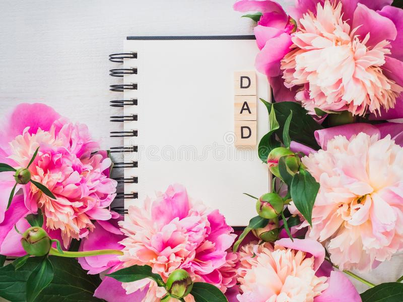 Pagina in bianco del taccuino per le iscrizioni di congratulazioni fotografia stock