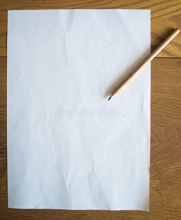 Pagina in bianco di carta con la matita fotografia stock