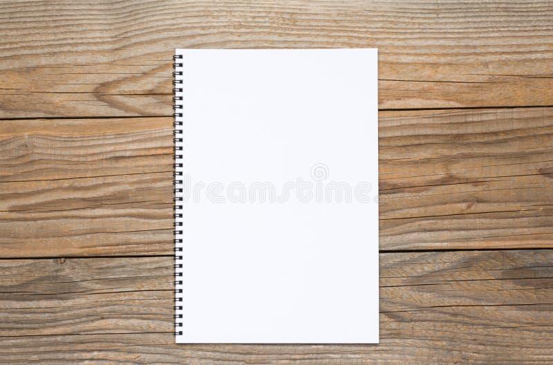 Pagina in bianco di uno sketchbook su una vecchia tavola di legno immagine stock libera da diritti