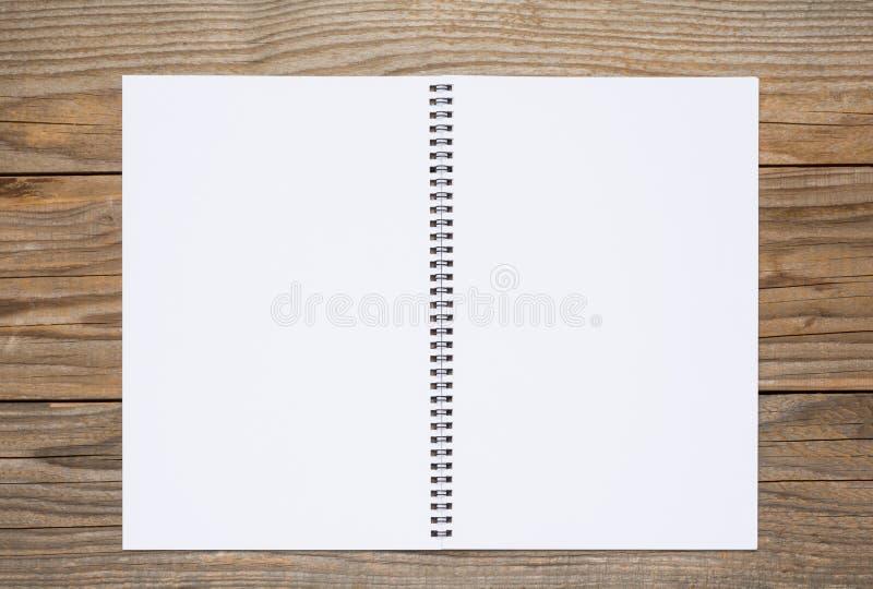 Pagina in bianco di uno sketchbook su una vecchia tavola di legno fotografia stock