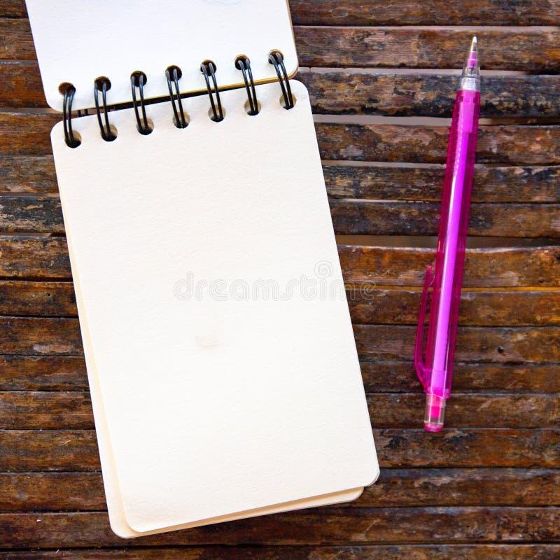 Pagina in bianco e matita del blocco note a spirale su fondo di legno Foto vuota di vista superiore dello sketchbook Blocco note  fotografia stock libera da diritti