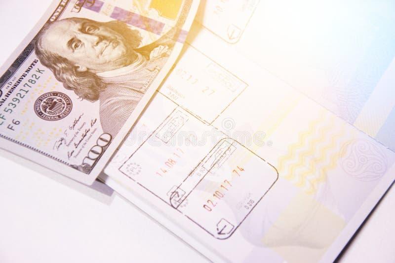 Pagina biometrica del passaporto con i bolli circa l'entrata e l'uscita all'estero immagine stock libera da diritti