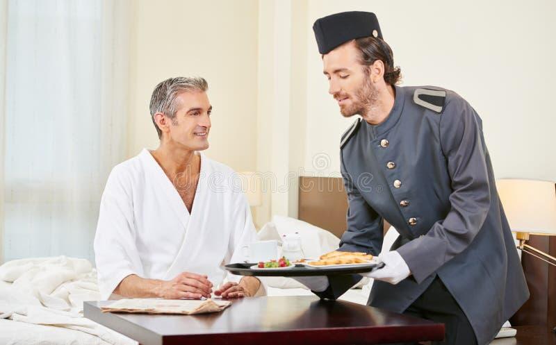 Pagina che porta prima colazione alla camera di albergo fotografia stock libera da diritti