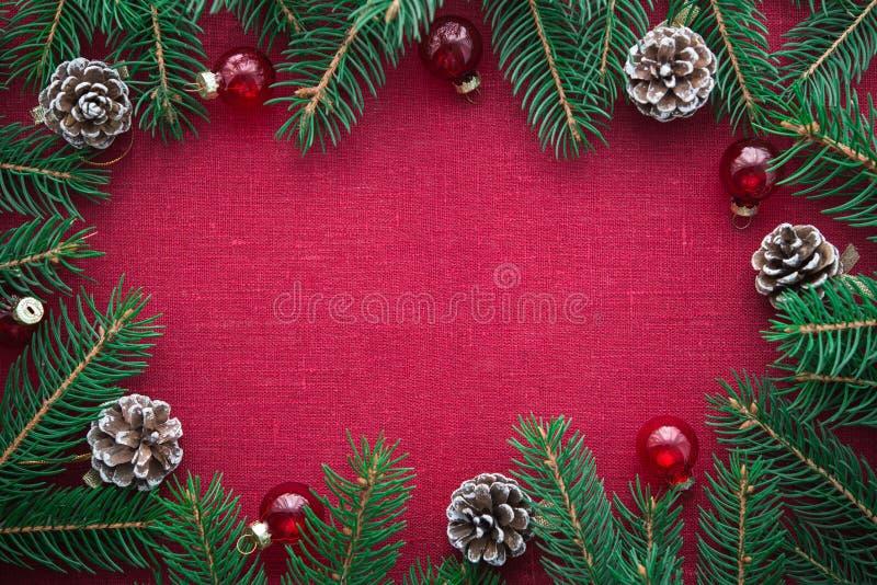 Pagina con l'albero di natale ed ornamenti sul fondo rosso della tela Carta di Buon Natale fotografia stock libera da diritti