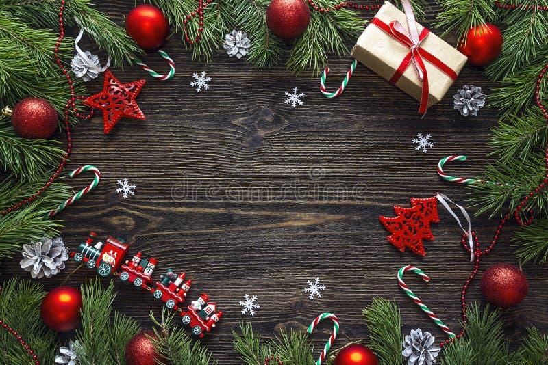 Pagina dai rami del pino e dalle decorazioni di Natale su w scuro fotografia stock libera da diritti