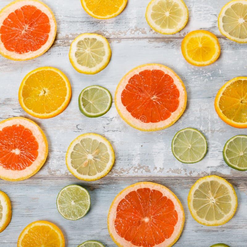 Pagina degli agrumi su fondo bianco Disposizione piana, vista superiore Fruit& x27; fondo di s fotografia stock libera da diritti