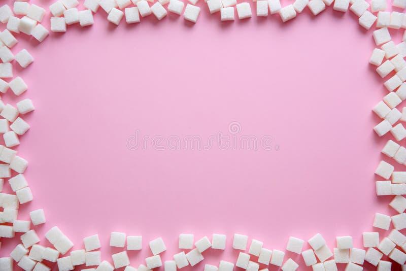 Pagina dei cubi dello zucchero raffinato sul fondo di colore immagini stock libere da diritti