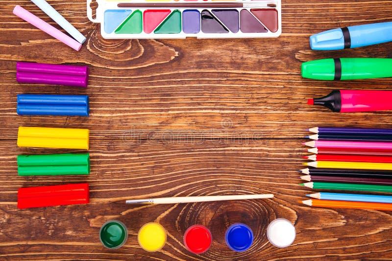 Pagina dei rifornimenti di scuola sopra un retro fondo di legno Con la C fotografia stock
