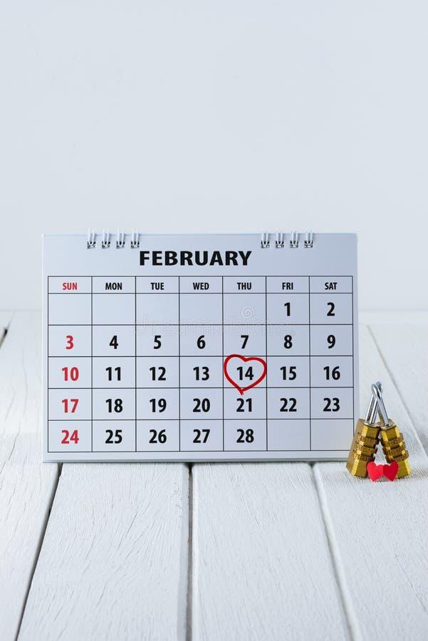 Pagina del calendario con un punto culminante del cuore scritto mano rossa il 14 febbraio del giorno di biglietti di S. Valentino fotografia stock libera da diritti