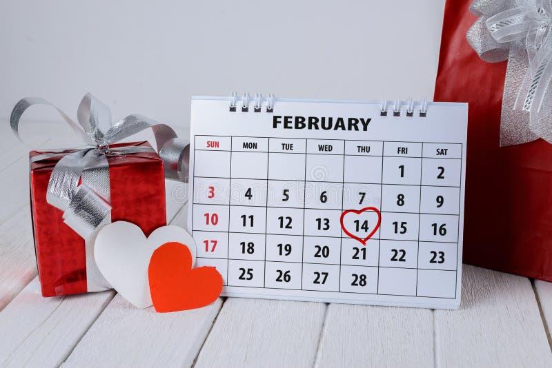 Pagina del calendario con un punto culminante del cuore scritto mano rossa il 14 febbraio del giorno di biglietti di S. Valentino fotografie stock libere da diritti