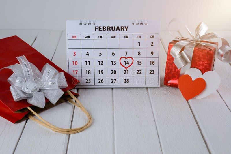Pagina del calendario con un punto culminante del cuore scritto mano rossa il 14 febbraio del giorno di biglietti di S. Valentino immagini stock libere da diritti