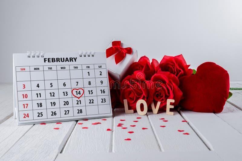 Pagina del calendario con un punto culminante del cuore scritto mano rossa il 14 febbraio del giorno di biglietti di S. Valentino fotografie stock
