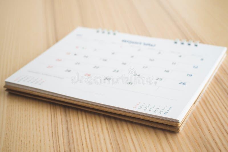 Pagina del calendario sul fondo di legno della tavola immagine stock