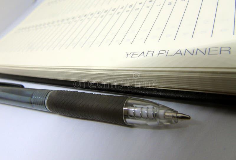 Pagina del diario del pianificatore di anno con la penna nera fotografia stock libera da diritti