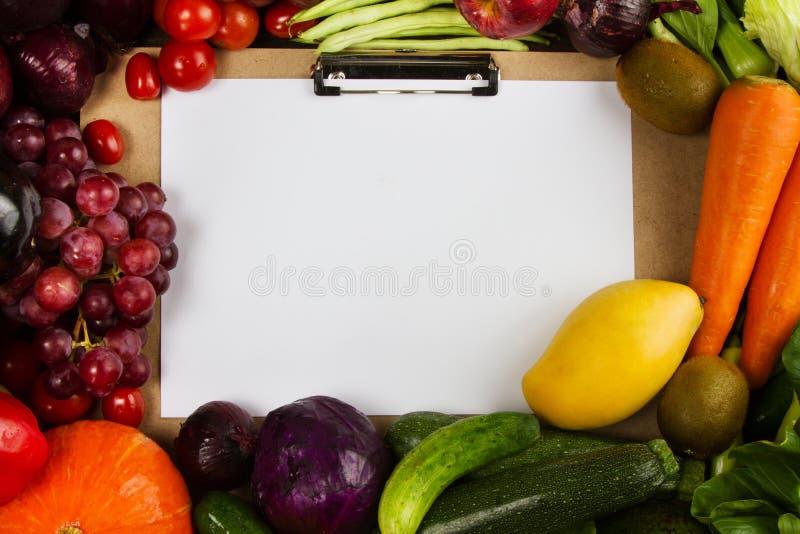 Pagina della frutta e delle verdure del gruppo con lo spazio del testo da carta sul mezzo fotografie stock libere da diritti