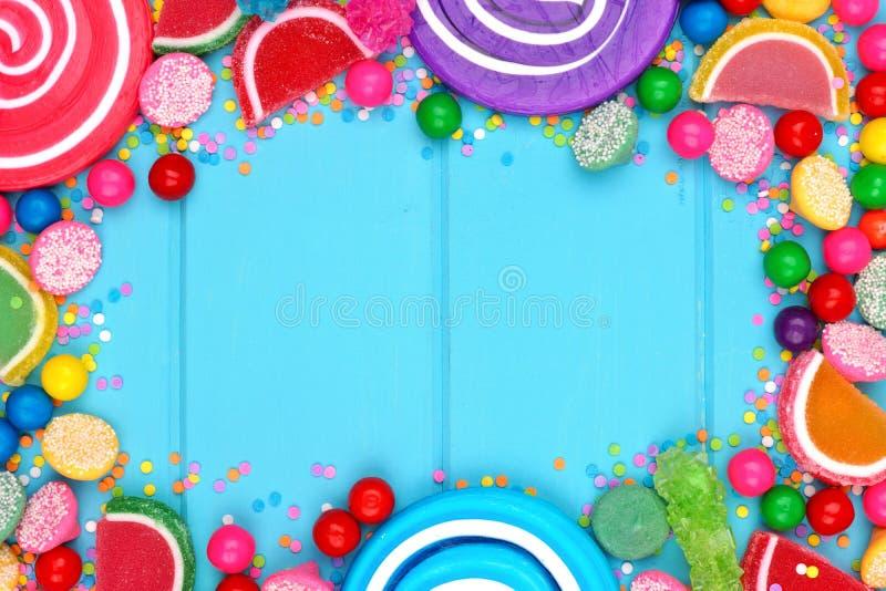 Pagina delle caramelle assortite variopinte contro legno blu fotografie stock libere da diritti