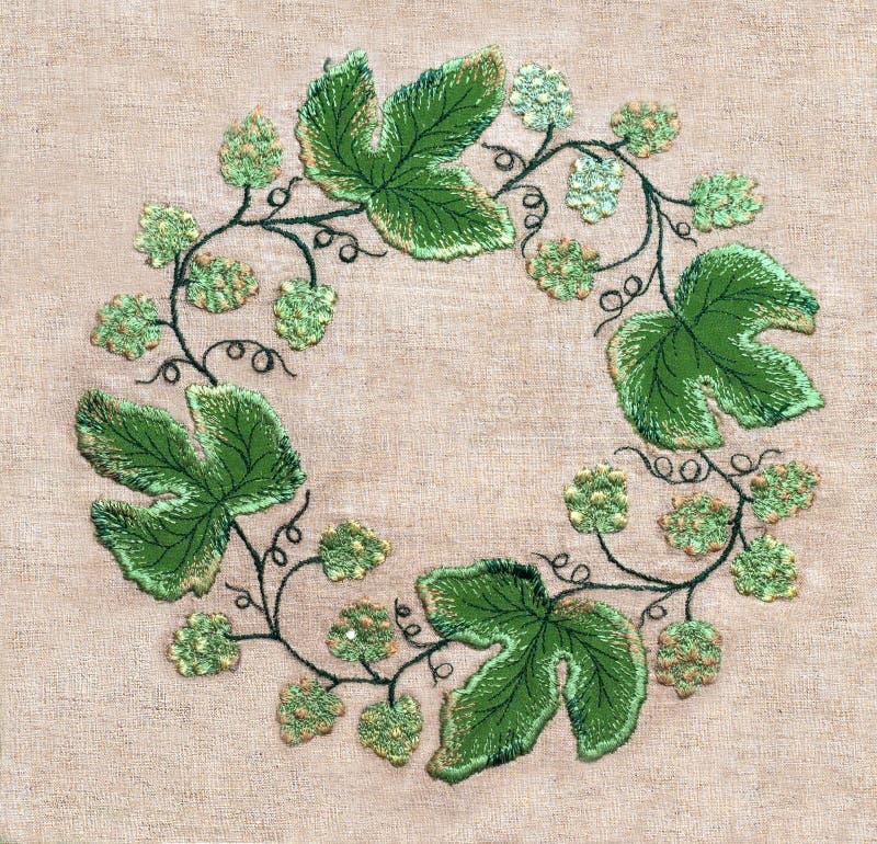 Pagina delle foglie verdi e dei fiori del ricamo fotografie stock libere da diritti