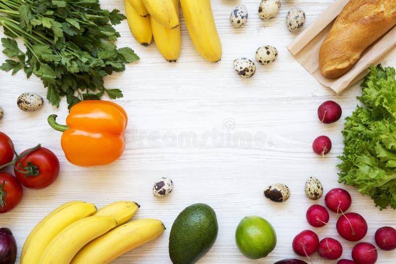 Pagina di alimento salutare su un fondo di legno bianco Cibo sano Vista superiore Da sopra Disposizione piana immagine stock libera da diritti