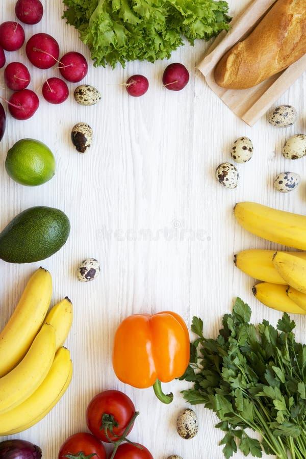 Pagina di alimento salutare su una tavola di legno bianca Cibo sano Vista superiore Da sopra Disposizione piana, sopraelevata immagini stock libere da diritti