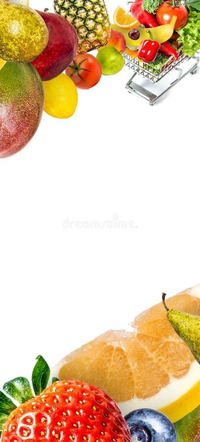 Pagina di caduta in ortaggi freschi di un carrello e dei frutti isolata su fondo bianco con lo spazio della copia per testo fotografia stock