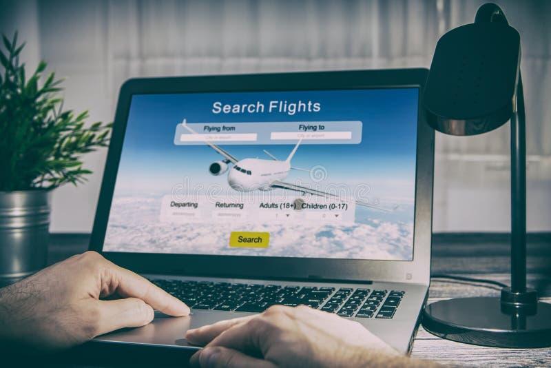 Pagina di festa di prenotazione di ricerca del viaggiatore di viaggio di volo di prenotazione fotografia stock