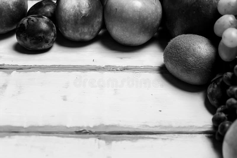Pagina di frutta sulla tavola fotografia stock libera da diritti