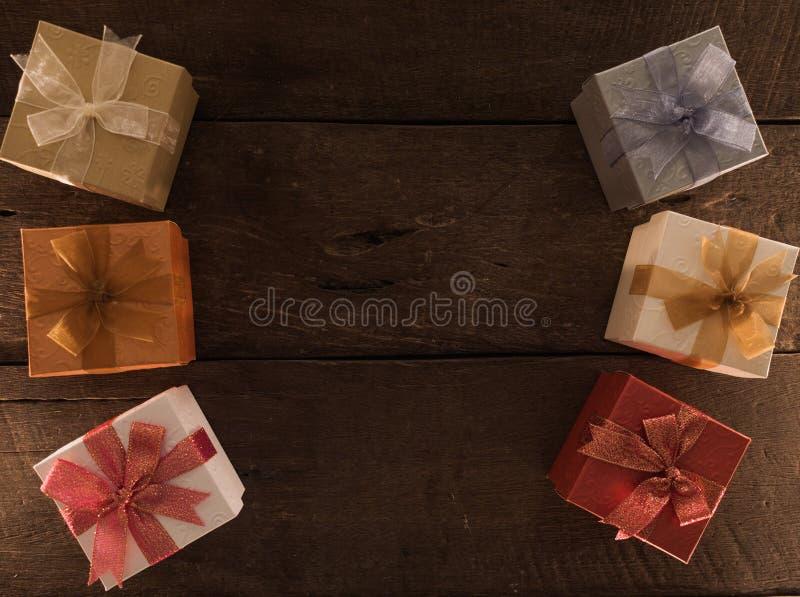 Pagina di natale dei contenitori di regalo sul fondo di legno dello scrittorio e di spazio vuoto per testo Vista superiore con lo immagine stock