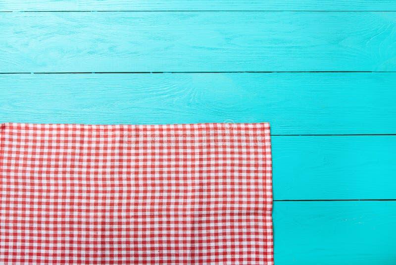 Pagina di struttura rossa del plaid sulla cucina di legno blu Spazio della copia e di vista superiore Derisione su fotografia stock libera da diritti