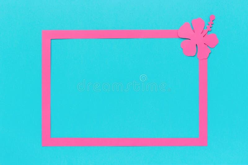 Pagina e foglie tropicali rosa d'avanguardia, fiore di carta sul modello blu dello spazio della copia del fondo per la vostra pro fotografia stock