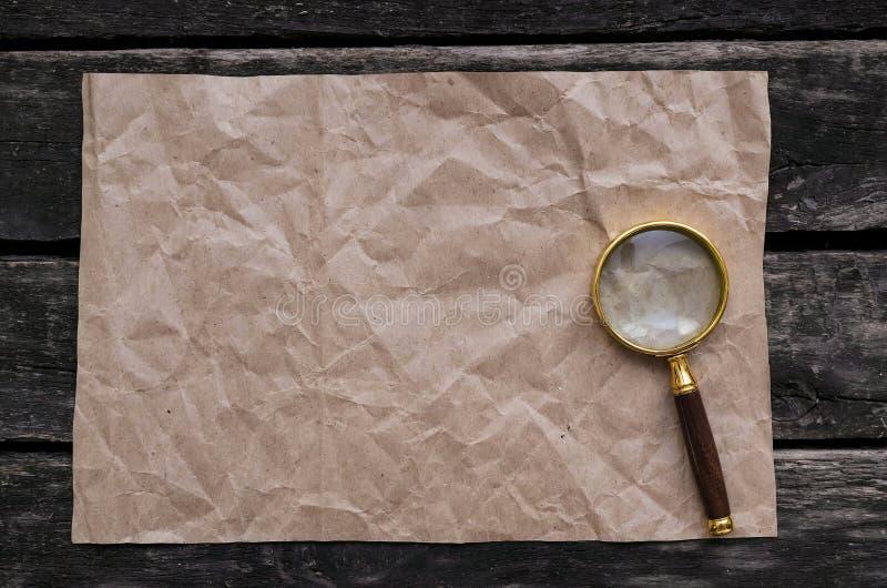 Pagina e lente d'ingrandimento di carta sgualcite fotografia stock libera da diritti