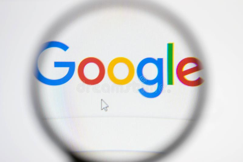 Pagina e lente d'ingrandimento di ricerca con Google immagine stock libera da diritti