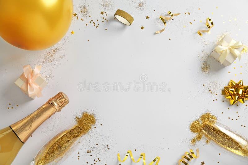 Pagina fatta con champagne, scintillio dell'oro e spazio per testo su fondo bianco, vista superiore hilarious immagini stock