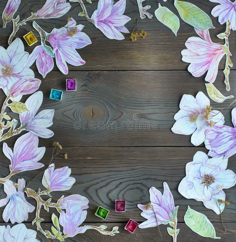 Pagina i fiori della magnolia dell'acquerello sopra backgr di legno rustico scuro immagine stock libera da diritti