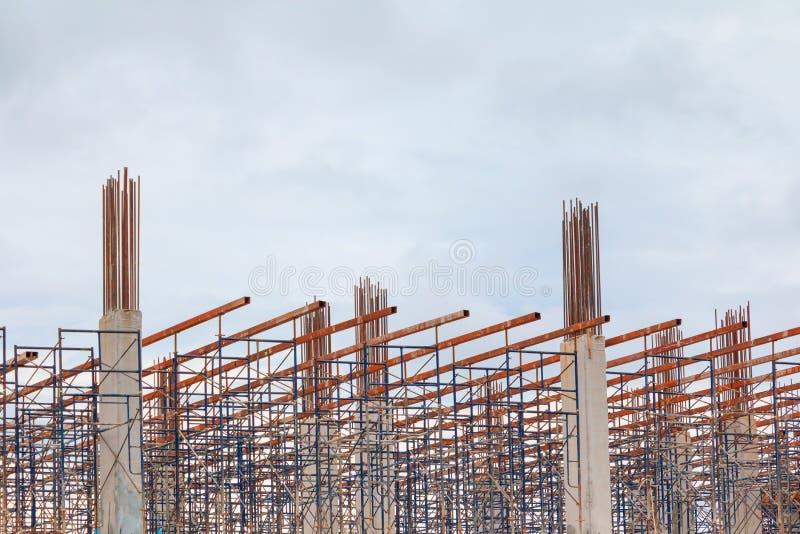 Pagina l'acciaio della posta nel sito dei muratori ed in costruzione dell'abitazione all'aperto quale ha nuvola di tempesta nel f immagine stock