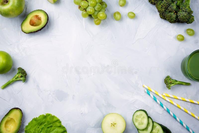 Pagina la disposizione flatlay con la varie frutta e verdure verdi immagini stock